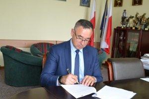 Umowa z wykonawcą nowego boiska w Porąbkach podpisana!