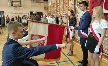 Ślubowanie uczniów klasy pierwszej w Powiatowym Zespole Szkół w Bodzentynie